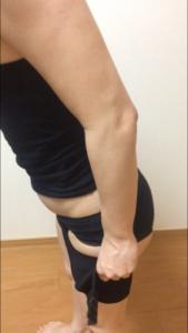 骨盤ショーツクリスチャンココの履き方を説明している写真②