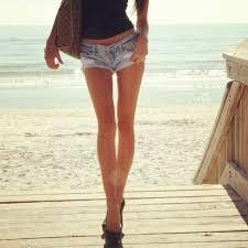 短パンで海辺を散歩する女性