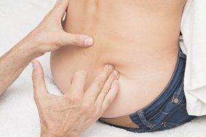 女性の腰の触診
