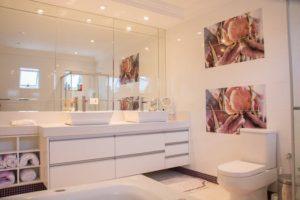 広くて豪華な女性用トイレの写真