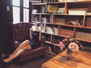 本を読む理想的な体型のビットシェイパー(Bitshaper)愛用女性