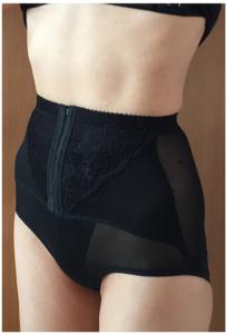 骨盤ショーツのクリスチャンココ を履いている女性のウエストの写真