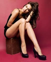 パエンナスリム(Paenna Slim)で美脚になった椅子に座る黒いドレスの女性
