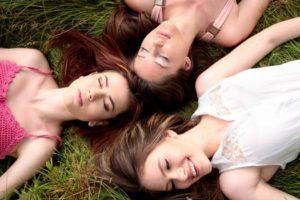 3人の女性が寝転んでいる写真