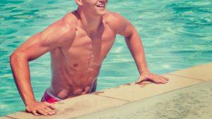 プールから上がろうとする男性
