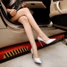 車にのった美脚な女とハイヒール