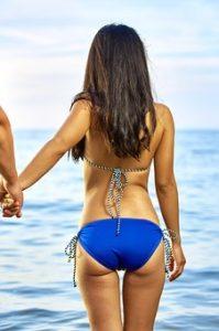 ノンファットタイム(nonfattime)で幸せをつかんだビーチにいる女性