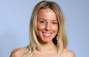 日焼けした肌と、そうでない肌を顔半分ずつで表している女性の写真