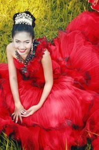 屋外で赤いドレスを着て微笑む女性