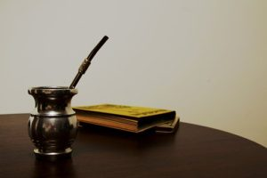 テーブルに置かれたマテ茶と本