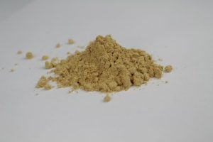 黒豆きな粉が、小さな山のように盛られている写真。