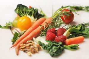 ダイエットをする方に必要な栄養のある、野菜や果物、ナッツ類が写っている写真。