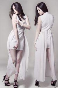 白いドレスを着ている、美白でスタイルの良い女性モデルを、前と後ろの両方から写している写真。