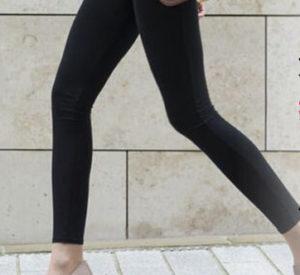 黒いスリムパンツを履き歩いている、美脚女性の下半身の写真。
