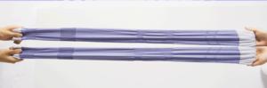 加圧ソックスのメディソックスを両サイドから伸ばし、伸縮性を伝えている写真。