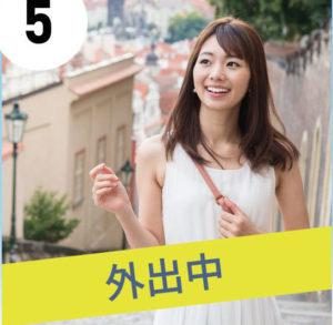 プロフェッショナルスレンダーメイクレギンスを履いて、白のワンピースを着て外出している、笑顔が素敵な女性の写真。