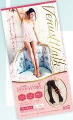 花柄模様の大きな椅子の背もたれに腰を下ろし、目線を斜め下にしてポーズをとっている、スラッと細長い美脚女性の写真。