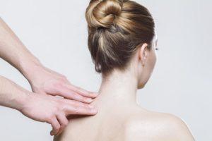 首や肩をマッサージしてもらっている女性の写真