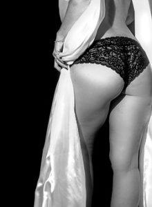 黒いレースの下着を履いている女性のヒップの写真