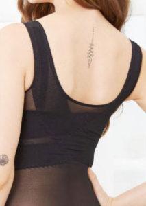 マジカルマスリーボディーシェイパーという加圧インナーを着ている女性の背中の写真①