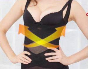 加圧インナーのマジカルマスリーボディーシェイパーを着ている女性のお腹部分が引き締まっている様子