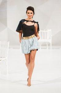 ファッションショーに出演し、舞台を歩いている美脚モデルの写真