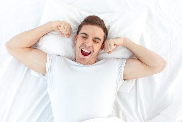寝起きで口臭がする男の画像