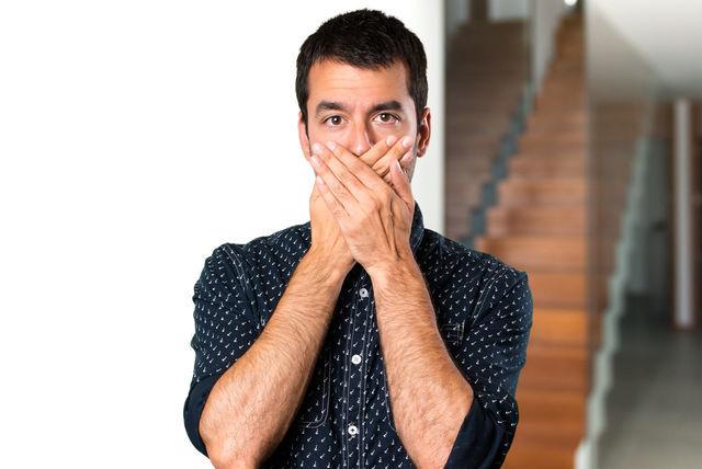 口臭を気にする男の画像