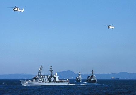浦賀水道を出る護衛艦群とSH-60J対潜ヘリ