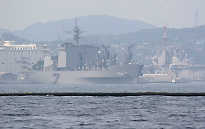 横須賀に停泊する補給艦「おうみ」と強襲揚陸艦エセックス