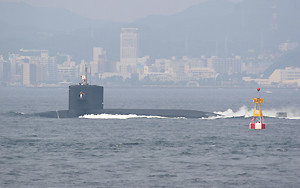 第2海堡から見た浦賀水道航路を南航する海自潜水艦
