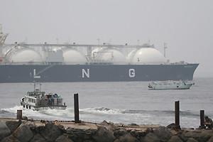 第2海堡から見たLNGタンカー「ENERGY FRONTIER」