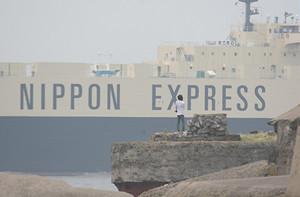 第2海堡から見た日本通運のRORO船「ひまわり No.5」