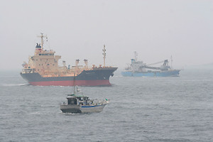 第2海堡から見た浦賀水道航路の輻輳ぶり