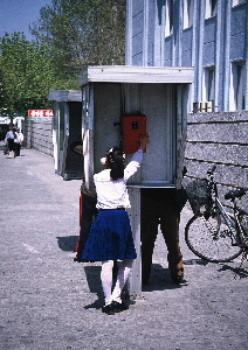 北朝鮮の街角 電話をかける少女