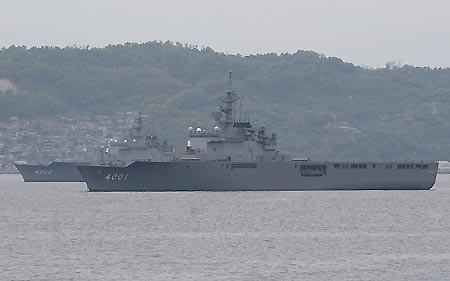 呉港内に沖留めの輸送艦「おおすみ」と「しもきた」