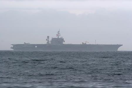 浦賀水道航路を南航するキティホークUSS Kitty hawk CV-63