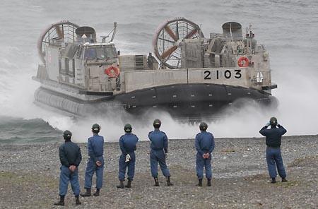 海岸にビーチングするLCAC2103号艇