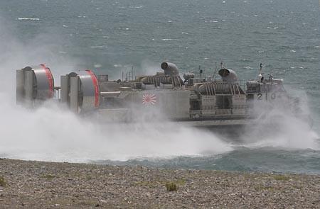 水煙を上げ離岸するLCAC2104号艇