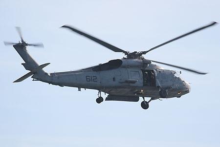 空母キティホークの上空警戒を行うSH-60F