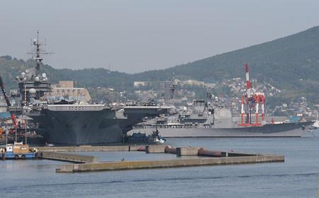小樽港に入港した空母キティホークとミサイル巡洋艦カウペンス