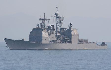 小樽港に入港するミサイル巡洋艦カウペンス