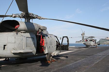 空母キティホークアングルドデッキ上のSH-60FとHH-60H