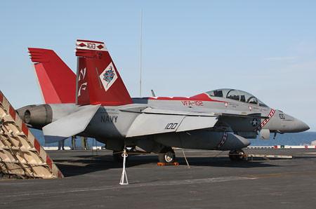 VFA-102の第5空母航空団司令官機(NF100/Bu.No.165894)