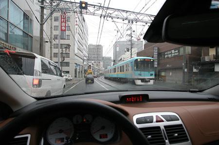 大津市内 京阪京津線との併用軌道区間を行く