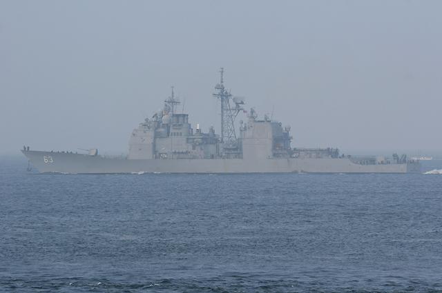 浦賀水道航路を南航するミサイル巡洋艦カウペンスUSS Cowpens CG-63