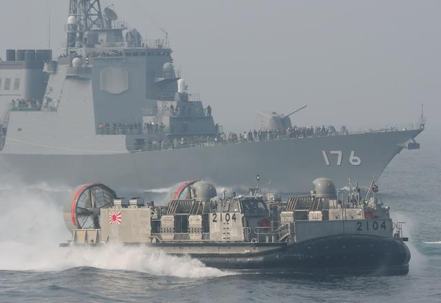 平成18年度自衛隊観艦式にて 護衛艦ちょうかいDDG176とLCAC2104号艇