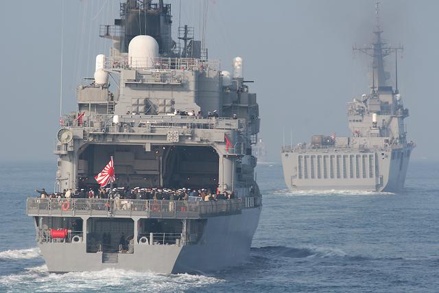 平成18年度自衛隊観艦式にて 護衛艦ひえいDDH142と輸送艦しもきたLST4002
