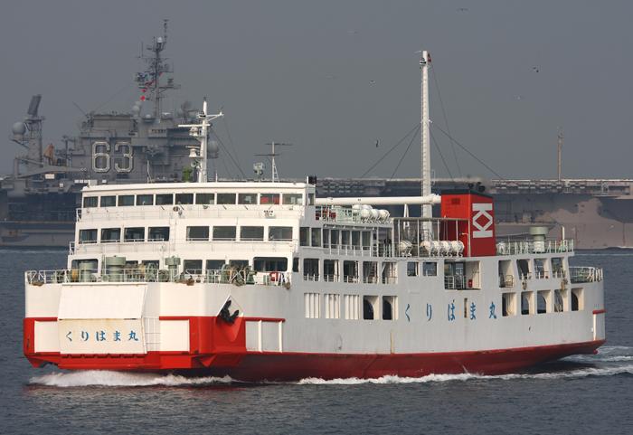 2008年4月4日 空母キティホークをバックに航行する東京湾フェリー