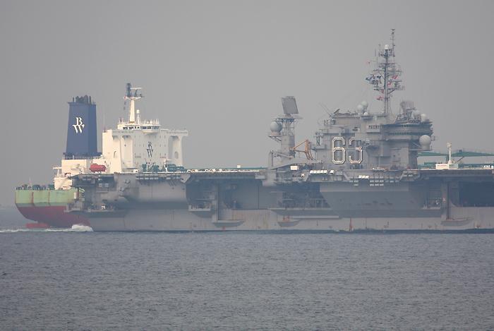 2008年4月4日 浦賀水道でタンカーBW UTIKを追い抜く空母キティホーク
